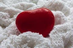 Röd hjärta på en vit stucken torkduk illustration s för hjärta för green för dreamstime för kortdagdesignen stylized valentinvekt Arkivfoton