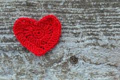 Röd hjärta på en wood textur Arkivfoton