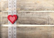 Röd hjärta på gammal träbakgrund Royaltyfri Bild
