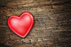 Röd hjärta på gammal träbakgrund Fotografering för Bildbyråer