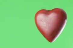 Röd hjärta på gräsplan Royaltyfri Fotografi