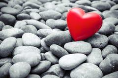 Röd hjärta på kiselstenstenar Royaltyfri Fotografi