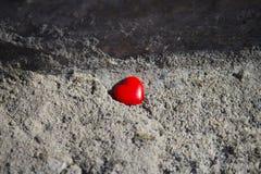 Röd hjärta på konkret bakgrund royaltyfri fotografi