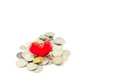 Röd hjärta på pengar Royaltyfri Bild