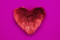 Röd hjärta på rosa bakgrund Arkivbilder