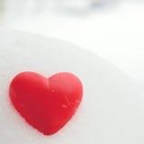 Röd hjärta på snowen Fotografering för Bildbyråer