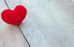 Röd hjärta på trä Arkivfoton