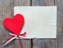 Röd hjärta på träbakgrund, Arkivbilder