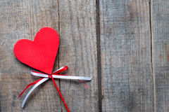 Röd hjärta på träbakgrund, Arkivbild