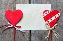 Röd hjärta på träbakgrund, Royaltyfria Foton