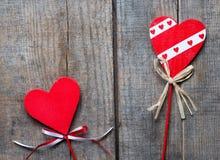 Röd hjärta på träbakgrund, Arkivfoton