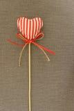 Röd hjärta på träpinnen Royaltyfri Foto