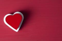 Röd hjärta på vit hjärta på röd grungebakgrund Royaltyfri Fotografi
