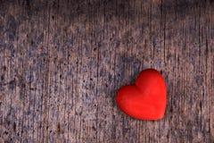 Röd hjärta på wood bakgrund Arkivfoto