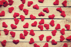 Röd hjärta på wood bakgrund med tonad tappning Arkivbild