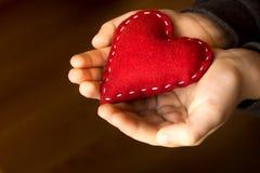 Röd hjärta räcker in Royaltyfria Foton