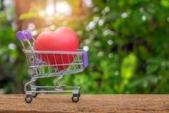 Röd hjärta Shape på Mini Shopping Cart Royaltyfri Foto