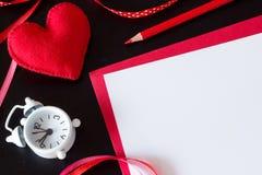 Röd hjärta som göras av filt, rött papper Arkivbild