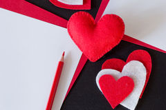 Röd hjärta som göras av filt, rött papper Royaltyfria Bilder