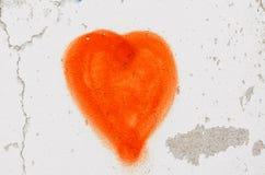 Röd hjärta som målas på den vita väggen Fotografering för Bildbyråer