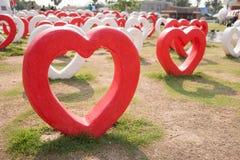 Röd hjärta vid en vit hjärta. Royaltyfri Fotografi