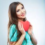 Röd hjärta white för symbol för bakgrundsförälskelsered rose Stående av den härliga kvinnahållen Valent Fotografering för Bildbyråer