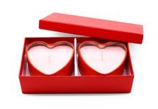 Röd hjärtaaskpacke på vit bakgrund fotografering för bildbyråer