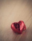 Röd hjärtaform på den Wood tabellen Royaltyfri Bild