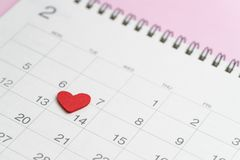 Röd hjärtaform på 14th den Februari kalendern på rosa bakgrundsusi Royaltyfri Foto