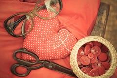 Röd hjärtavisarkudde fotografering för bildbyråer