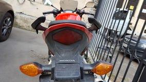 Röd Honda CBR 500 rr sportbike arkivbilder