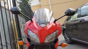 Röd Honda CBR 500 rr sportbike royaltyfri bild