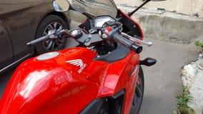 Röd Honda CBR 500 rr sportbike royaltyfri foto