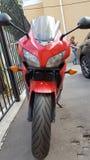 Röd Honda CBR 500 rr sportbike arkivbild