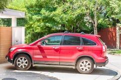 Röd Honda CRV suv 4x4 som parkeras på gatan Arkivfoto