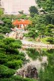 Röd Hong Kong bro, arkitektur för kinesisk stil i Nan Lian Gard Arkivfoton