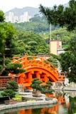 Röd Hong Kong bro, arkitektur för kinesisk stil i Nan Lian Gard Royaltyfri Bild