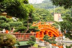 Röd Hong Kong bro, arkitektur för kinesisk stil i Nan Lian Gard Arkivbilder