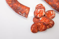 Röd iberian chorizo med några snittstycken Arkivbild