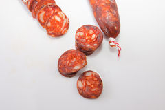 Röd iberian chorizo med några snittstycken Arkivfoton
