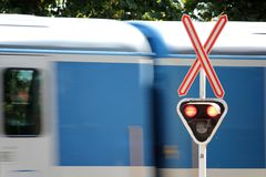Röd järnväg korsning signal Fotografering för Bildbyråer