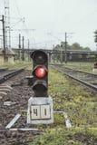 Röd järnväg trafikljus på järnvägsspåret, Ukraina Arkivfoton