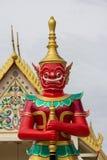 Röd jätte i thailändsk tempel Arkivfoto