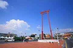 Röd jätte- swing nära det Bangkok stadshuset Royaltyfri Foto