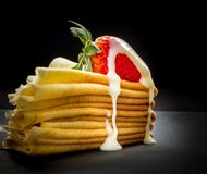 Röd jordgubbe med kräm på pannkakabunt Royaltyfria Foton