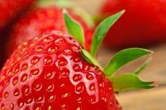 röd jordgubbetextur för korg Arkivfoton
