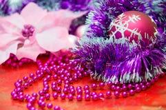 Röd jul klumpa ihop sig och andra purpurfärgade julgrangarneringar Arkivbild
