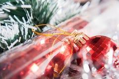 Röd jul klumpa ihop sig och bollar i packen Arkivfoto