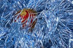 Röd jul leker med guld- band på en blå bakgrundsnärbild nytt år för bakgrundsjul Royaltyfri Fotografi