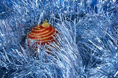 Röd jul leker med guld- band på en blå bakgrundsnärbild nytt år för bakgrundsjul Royaltyfri Bild